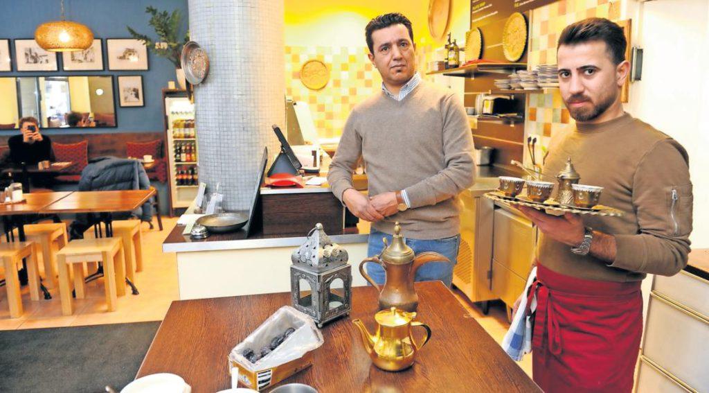 Khalid Al-Azawy hat noch nie jemanden schwarz beschäftigt. Wegen eines fehlenden Aufklebers im Pass seinen Mitarbeiters droht ihm nun eine Strafe.