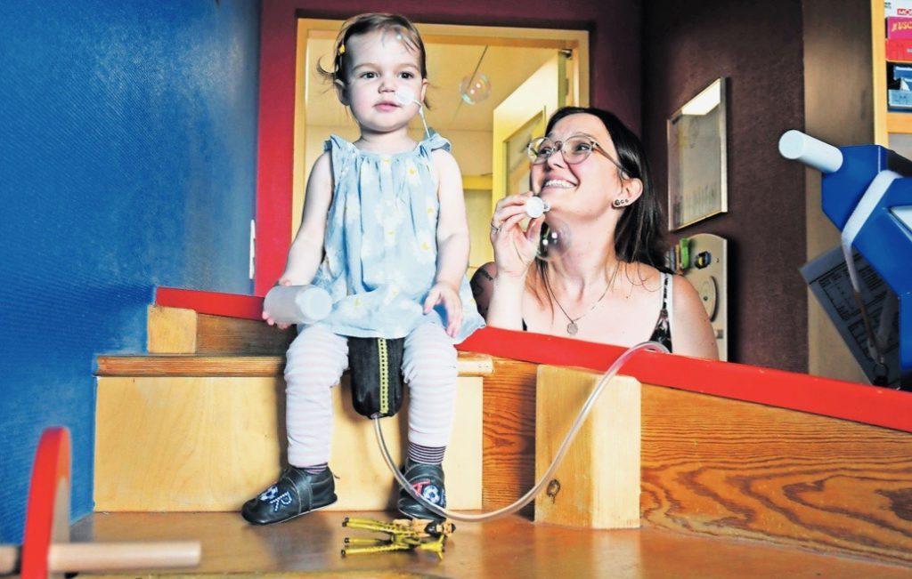 Svea hat eine Maschine, die Blut aus ihrem Herzen saugt und es durch Schläuche wieder in ihren Körper pumpt.